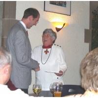 140 Jahre Elferrat: Präsident Jürgen ernennt Inge Degen zum Ehrenelfer.