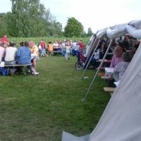 Schneckenburg Gartenfest: Gegen sie Sonne schützte das große Zelt.