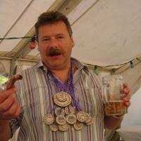 Schneckenburg Gartenfest: Schneeschreck Heinz Auer mit den Orden für den Rätschenwettbewerb.