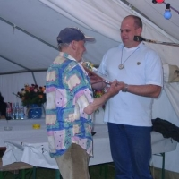 Schneckenburg Gartenfest: Axel Zunker überreichte dem Gastgeber und Narrenvater Martin Fistler ein Geschenk.