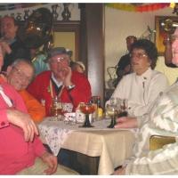 Narrenbaumholen in Hegne: Die Altgedienten saßen auch beisammen.
