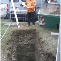 Das neue Narrenbaumloch: Vizebetriebsleiter Uwe Fiedler verglich die Maße noch einmal mit den Plänen.
