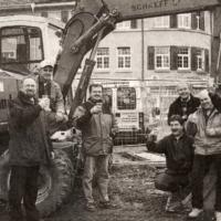 """Das neue Narrenbaumloch: Am Schluß wurde die Aktion """"Narrenloch"""" offiziell begossen."""