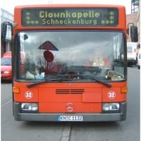 Schmutziger Donnerstag: Mit dem Bus ging es weiter durch die Vororte.