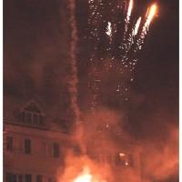 Verbrennung auf dem Stephansplatz: Als erstes zündeten die Raketen.