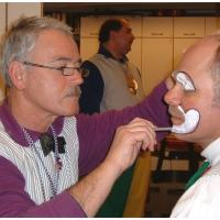 Schmutziger Donnerstag: Vor dem Wecken musste sich die Clowngruppe im Bruder-Klaus Pfadfinderraum schminken.