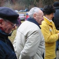 Narrenbaumholen in Hegne: die Ehrenpräsidenten stehen beim Fleischkäs an.