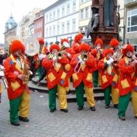 Schmutziger Donnerstag: Die Clowngruppe vor dem Kaiserbrunnen.