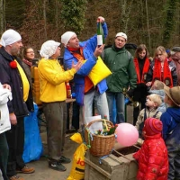 Narrenbaumholen in Hegne: Präsident Jürgen Stöß überreichte die Geschenke.