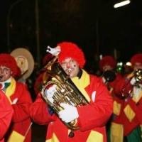 Narrenbaumstellen auf dem Gottmannplatz: Die Clowngruppe unterstütze die Aktion musikalisch.
