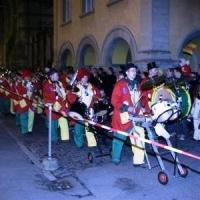 Verbrennung auf dem Stefansplatz: Die Clowngruppe lief auf den Platz.