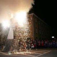Verbrennung auf dem Stefansplatz: Mit einem Feuerwerk ging es los.