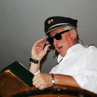 """11.11. in der Linde: Mit """"Mayday, Mayday"""" glänzte Gene Bruderhofer als Pilot in der Bütt."""