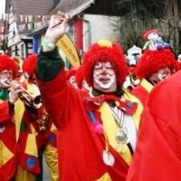 Sonntags-Umzug in Allensbach: Die Clowngruppe führten die Schneckenburg an.