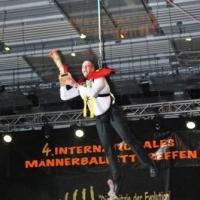 Männerballett-Treffen vom Schneeschreck: Ansager Axel Zunker flog mit dem Pokal ein.