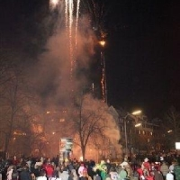 Narrenbaum Stellen auf dem Gottmannplatz: Als der Baum stand, wurde noch ein Feuerwerk abgebarnnt.