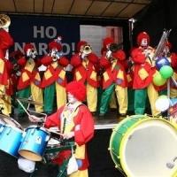 Schmutziger Donnerstag: Die Clowngruppe beim Auftritt beim Südkurier am Fischmarkt.