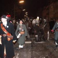 Narrenbaumstellen auf dem Gottmannplatz: Gefolgt vom Schneckenbürgler Räuber.