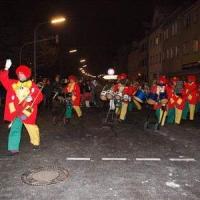 Narrenbaumstellen auf dem Gottmannplatz: Die Clowngruppe lief auf den Platz.