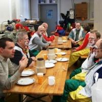 Rosenmontag mit der Clowngruppe: Beim gemeinsamen Frühstück herrschte bereits eine tolle Stimmung.