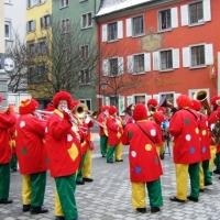 Rosenmontag mit der Clowngruppe: Das erste Ständchen auf dem Obermarkt.
