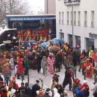 Schmutziger Donnerstag: Die Bühne des Südkuriers mit dem verschneiten Schneeschreckauto.