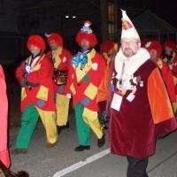 Schmutziger Donnerstag: Die Clowngruppe beim Wecken durch Petershausen.