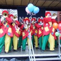 Schmutziger Donnerstag: Auftritt der Clowngruppe beim Südkurier auf dem Fischmarkt.