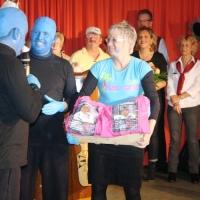 11.11. in der Linde: Das Männerballett überreichte ihrer Leiterin Karin Ott ein Präsent als Dankeschön.