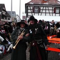 Fanfarenzug und Räuber beim Umzug in Gundelfingen.