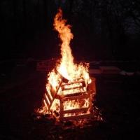 Schneeschreckerwachen in der Unikurve: Noch lange konnte man sich am Feuer wärmen.