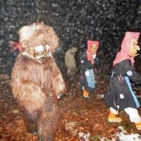 Schneeschreckerwachen in der Unikurve: Schneeschrecken und Riedhexen kamen aus dem Wald.