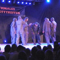 Männerballett-Treffen vom Schneeschreck: Bei Licht besehen sahen die Tänzer unscheinbar aus.