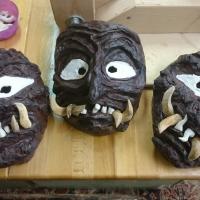 Reparatur-Tag beim Schneeschreck: Die Kindermasken bekamen neue Zähne.