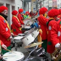 Umzug am Fasnachtssonntag: Nach dem Umzug unterhielt die Clowngruppe noch die Narren auf der Gass.
