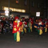 Narrenbaumstellen auf dem Gottmannplatz: Die Clowngruppe beim Narrenbaum-Umzug.