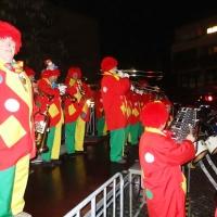 Narrenbaumstellen auf dem Gottmannplatz: Die Clowngruppe spielte noch bis die Lichter ausgingen.