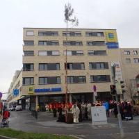 Schmutziger Donnerstag: Narrenbaumstellen beim EDEKA.