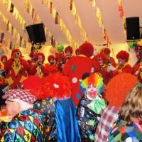 Schmutziger Donnerstag: Die Clowngruppe machte noch einen Abstecher bei der Sparkasse.