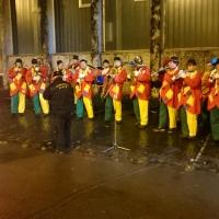Verbrennung auf dem Stephansplatz: Trotz widriger Umstände spielte die Clowngruppe auf dem Platz.