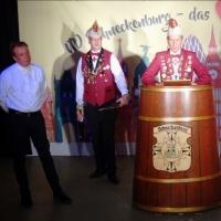 11.11. in der Linde: Elferrat Armin Ott wurde vom Präsident Jürgen Stöß in den närrischen Ruhestand verabschiedet und zum Ehrenelferrat ernannt.