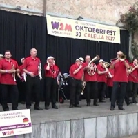 Die Clowngruppe in Calella (bei Barcelona): Der erste Auftritt fand noch im Regen statt.