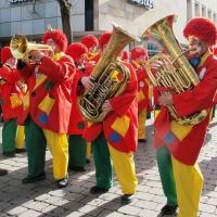 Schmutziger Donnerstag: Nach dem offiziellen Teil spielte die Clowngruppe noch auf der Gass.