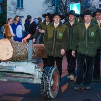 Narrenbaumstellen auf dem Gottmannplatz: Umrahmt von den Holzern aus Allensbach.