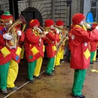 Schmutziger Donnerstag: Die Clowngruppe beim Auftritt auf der Bühne des Südkuriers auf der Marktstätte.