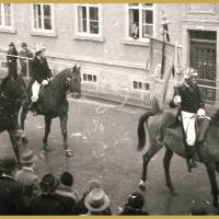 Umzug Fasnachtssonntag 1938: Mit Fahne hoch zu Roß.