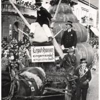 Umzug Fasnachtssonntag 1934: Der Schneckenwagen fährt über die Marktstätte.