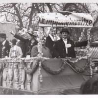Umzug Fasnachtssonntag 1938: Das Empfangskomitee. In Lederhosen: Elli Bischoff.
