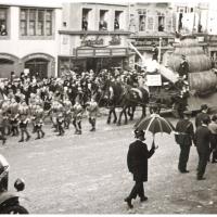 Umzug Fasnachtssonntag 1934: Die Klepperlegarde und der Schneckenwagen.