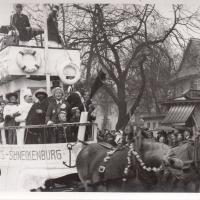 Umzug Fasnachtssonntag 1938: Das berühmte Narrenschiff der Schneckenburg. Es stellt die Rheinschifffahrtslinie Rotterdam-Konstanz dar. Am Bug des Schiffes: Der junge Werner Mutter.